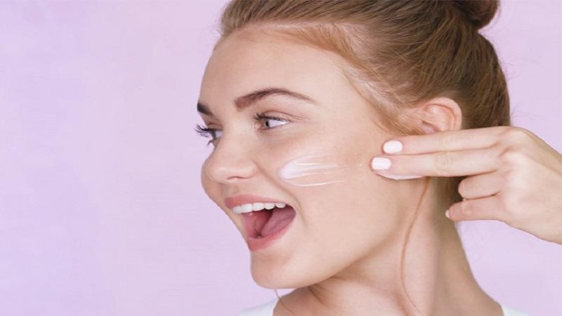 بهترین لیزر موی زاید اصفهان   ژل شستشوی صورت ژل های شستشوی صورت شفاف هستند و همان طور که از نام شان مشخص است، شبیه ژله اند. این نوع از شویندههای صورت، در اصل برای پاک کنندگی عمیق پوست طراحی شده اند. برای برطرف کردن انسداد منافذ پوست بسته شده، مؤثر هستند. چربی اضافه و باکتری هایی که عامل ایجاد آکنه هستند را از بین میبرند. ضدعفونی کننده هستند و لایه برداری میکنند. فوم شستشوی صورت اگر در دوران شیوع کرونا دنبال فوم سبکی هستید که پوست تان را به طور کامل پاک کند؛ این محصول برای شما مناسب است. فوم های شستشوی صورت نه تنها آرایش سبک و آلودگی ها را از روی پوست پاک می کنند، بلکه موجب نرمی و لطافت پوست نیز می شوند. لازم نیست پاک کننده ها حتماً به شکل فوم باشند تا پوست را کاملاً تمیز کنند. البته بیشتر افراد استفاده از فوم ها را برای پاک کردن پوست ترجیح می دهند.